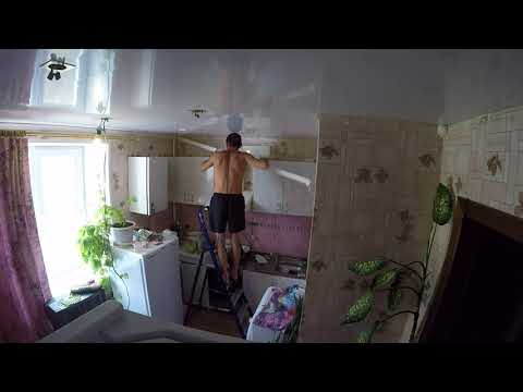 Демонтаж старых потолочных плинтусов на кухне .