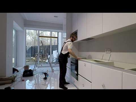 Монтаж кухни белого цвета под потолок. Угловая кухня до потолка, фасады белый мат. Кухни Киев.