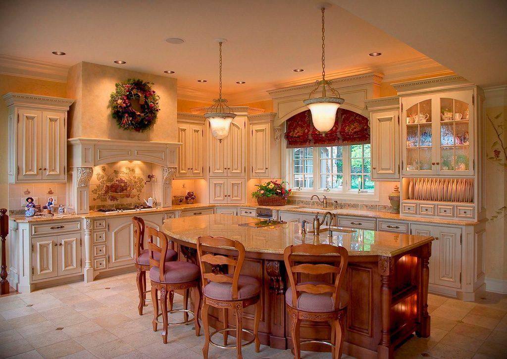 Арочные окна на классической кухне