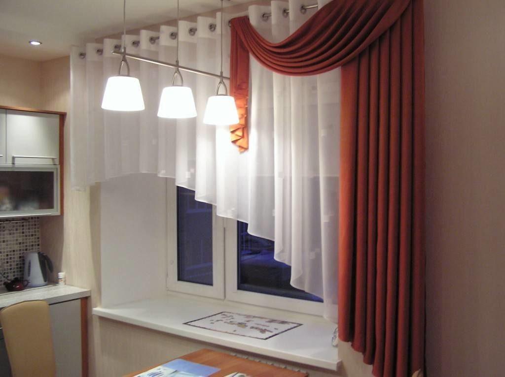 Бордовые шторы с белыми занавесками