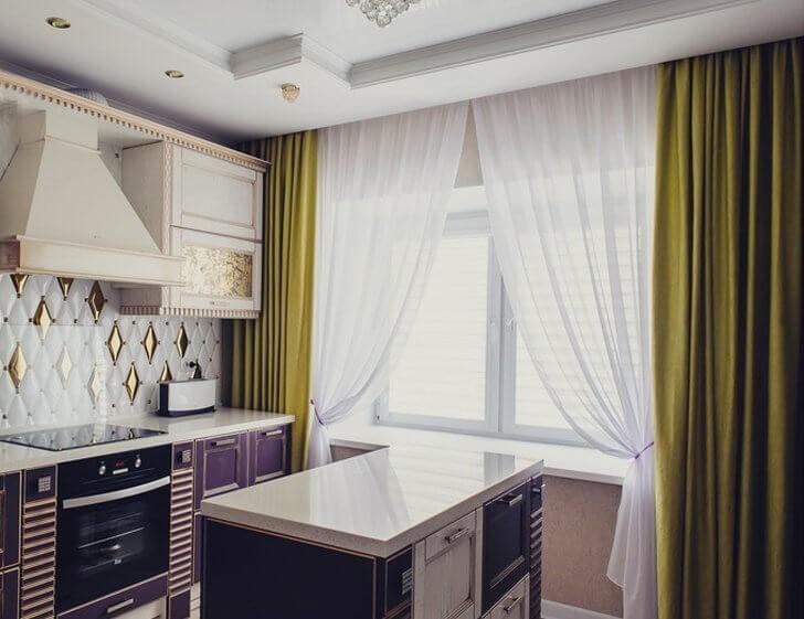 Зеленые шелковые шторы с белыми занавесками