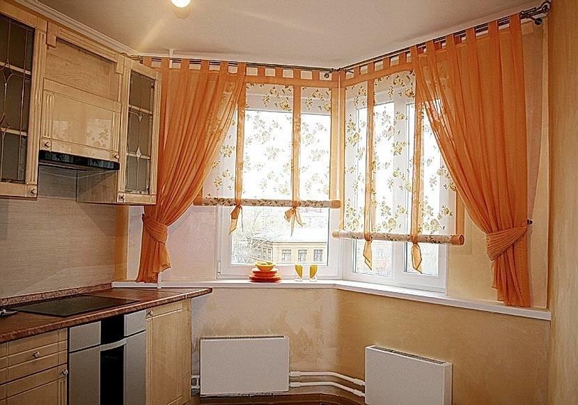 Персиковые занавески на эркерном окне