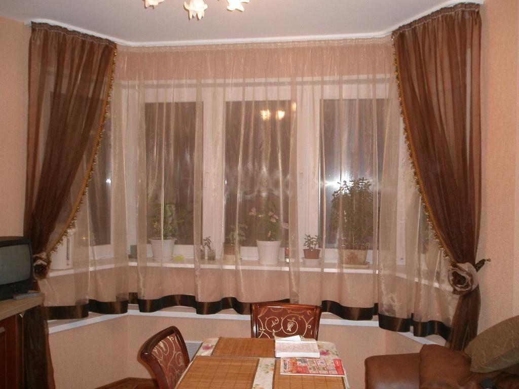 Коричневые занавески на эркерных окнах