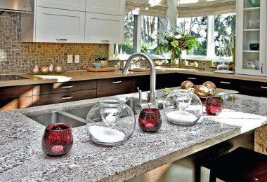 кухня украшенная свечами и цветами