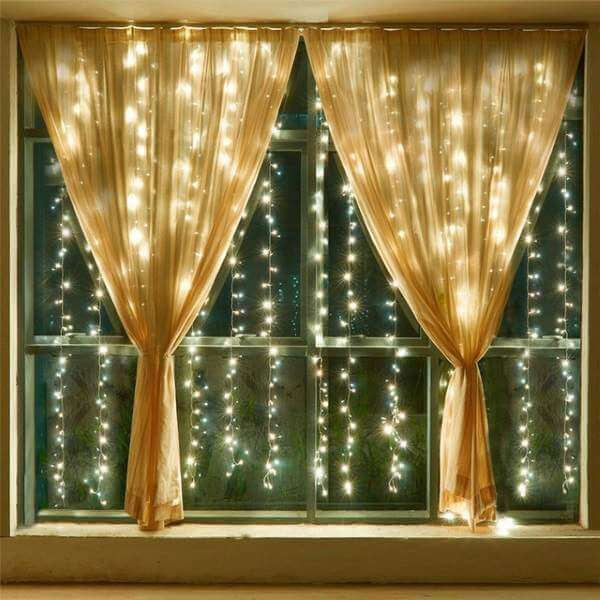 гирлянда на деревянных окнах