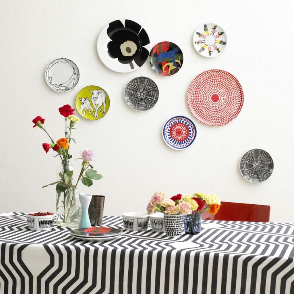 Украшаем стену тарелками