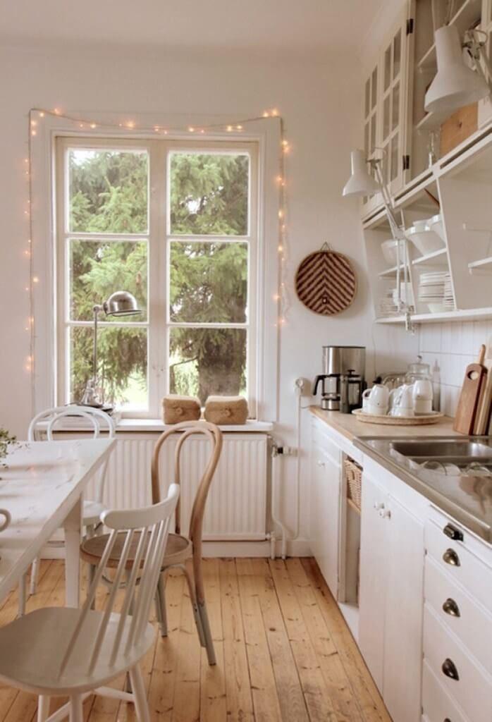 кухня украшенная гирляндой