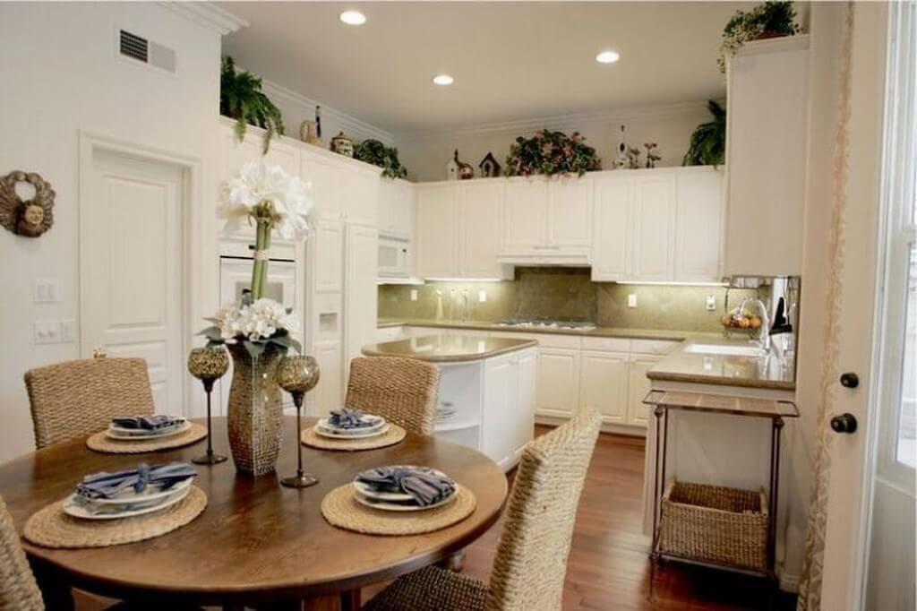 украшение кухонного гарнитура комнатными цветами