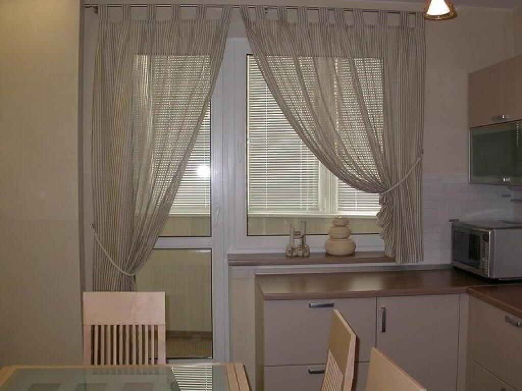 Светлые шторы на кухню