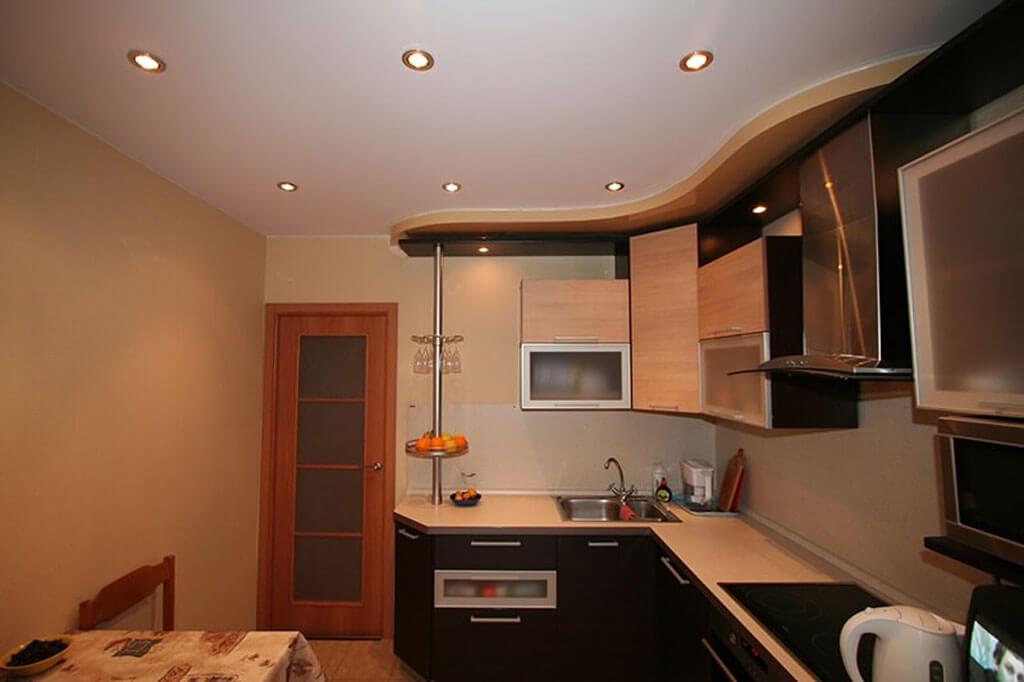 Можно ли на кухню делать натяжной потолок — и стоит ли?