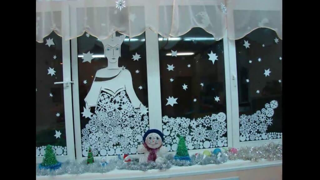Украшенное на Новый год окно
