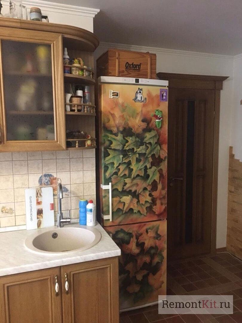 Холодильник с фото-картиной в виде кленовых листьев
