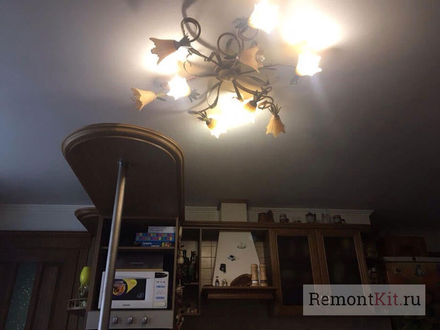 Люстра прекрасно освещает помещение за счет плафонов, направленных в стороны