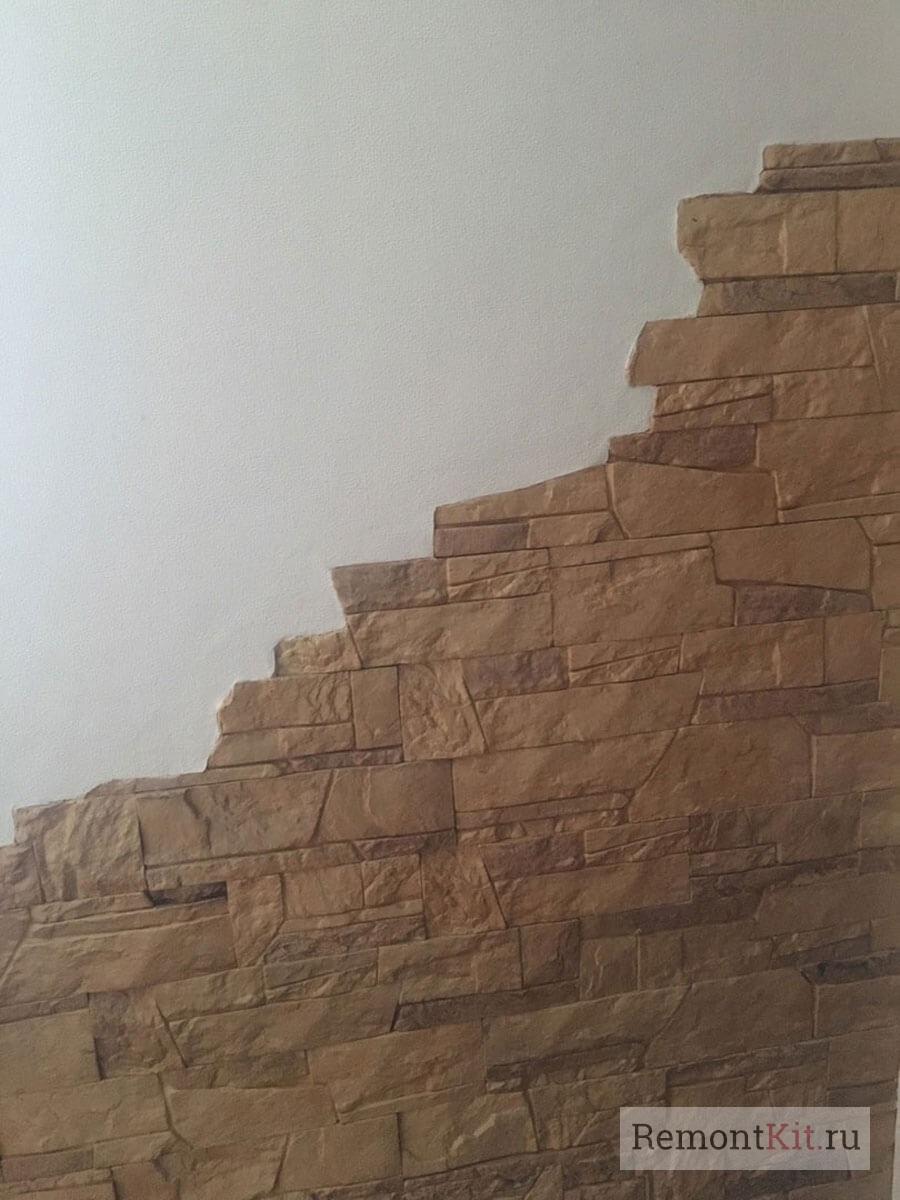 Стену отделали декоративным камнем