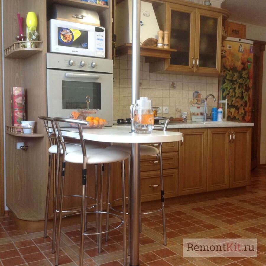 Барная стойка в торцевой части кухни